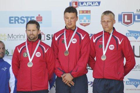 Stian Bogar (t.v.), Ole-Kristian Bryhn og Kim-Andre Aannestad Lund sikret norsk sølv på 300 meter standardrifle i EM. FOTO: NSF