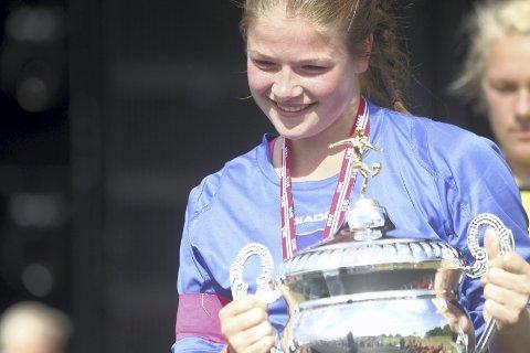 Kaptein Madelen Mikalsen har nettopp hentet pokalen. Det endte med en 2. plass i Norway Cup.