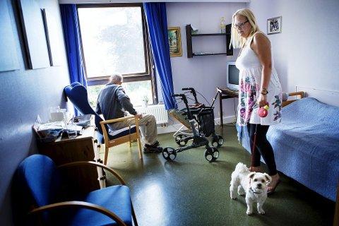 – Jeg blir fryktelig lei meg over behandlingen pappa får på Træleborg bo- og behandlingssenter. Han fortjener så mye bedre enn dette, sier Anne Beth Finnsjø.