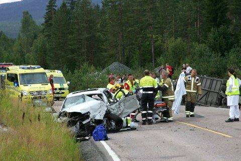 Alle nødetater rykket ut til stedet, og Luftambulanse og redningshelikopter ble rekvirert, da buss kolliderte med bil på E134.
