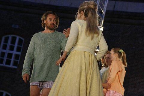 Nemorino i Kjetil Støa's skikkelse tyr til ukonvensjonelle metoder for å vinne Adina's (Lina Johnson) kjærlighet.