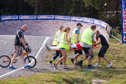 Arrangøren tok ingen sjanser og tilkalte ambulanse, etter at det oppsto en kollisjon i finalen for Elite Menn under Norgescup i BMX i Råde denne helgen.