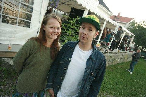 Jonas Aasen fra var en av de mange artistene som spilte på Grønn festival på Hellviktangen i helgen. Her sammen med makker Lena Vea Knutsen.