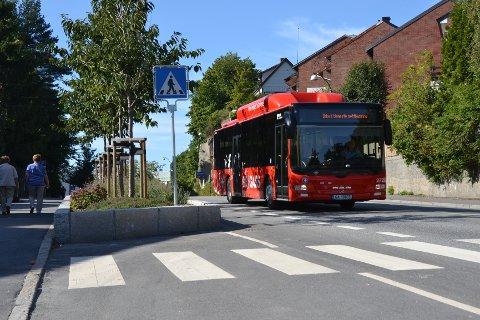 Roger Larsen fra Nettbuss mener at det bør anlegges kollektivfelt i St. Croix gate (foto: Stein Ove Korneliussen).
