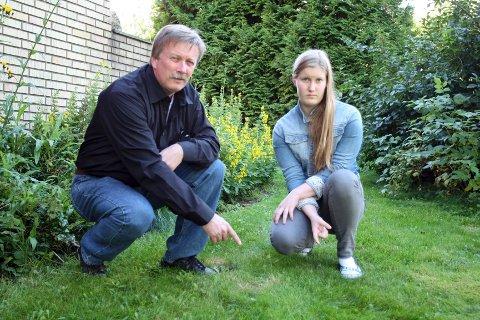 Ole Kristiansen og Celine Brøndum peker på stedet der datteren fant liket av sin egen katt for en uke siden.