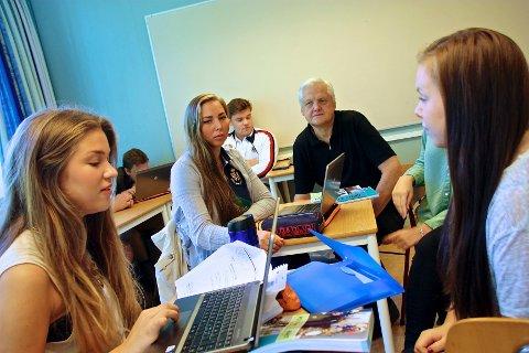 Høyre er svært poplære blant norske elever i videregående skole, blant annet på Greveskogen videregående. Fra venstre: Ingrid Moholt Waaler, Elise Buvarp Lavik og Benedicte Sørensen. I midten lærer Jørn Magdahl.