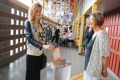 NERVØS: Eirill Løvaas Jensen (17) var litt nervøs før hun skulle stemme for første gang. FOTO: KARIN HANSTENSEN