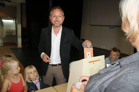 GA SIN STEMME: Med fem barn på slep avga 1. kandidat for Akershus SV, Bård Vegar Solhjell sin stemme i Son. FOTO: KARIN HANSTENSEN