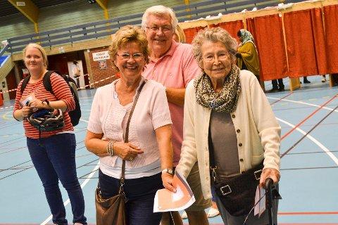 95-åringen Irene Nærbø Andersen hadde gode hjelpere i Rigmor Nærø Borge og Per Borge DA hun dro til Drammenshallen for å stemme.