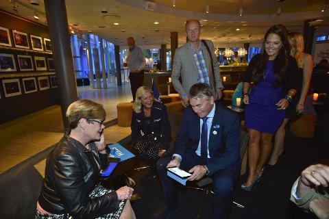 Kristin Ørmen Johnsen, Anders Werp og Trond Helleland venter på valgresultatene.