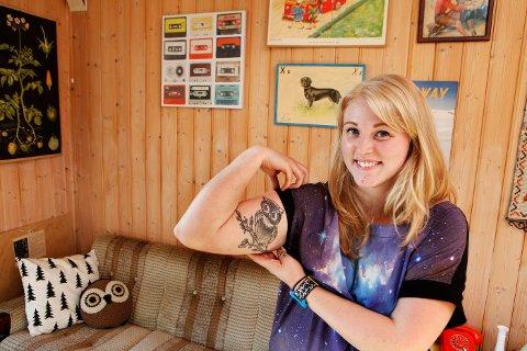 Uglefrelst: Karoline Kleven (23) har retrobloggen «Uglehytta» som sin store hobby. Det kloke dyret kan sees i alle varianter rundt om i «hytta», og tatoveringen er egendesignet.