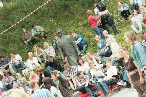 Musikk interessen var stor hos Oberst Eriksen. Her er han omgitt av festival deltagere under Oscarsborg akustiske.
