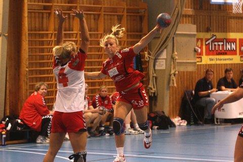 Follo HK Damer spilte stadig bedre utover i kampen, og her er Celine Hagen på ferde i andre omgang og scorer ett av sine to mål i kampen.