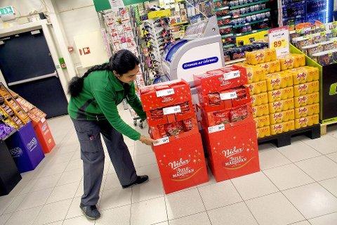 BEGYNNNER NÅ: – Julegodter pleier å være populært på denne tiden, så vi begynner nå, sier Suman hos Europris.  Foto: Peder Gjersøe.