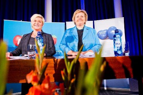 Høyre-leder Erna Solberg (t.h.) og Frp-leder Siv Jensen holder pressekonferanse på Sundvolden Hotel mandag kveld der de legger fram en ny regjeringsplattform.