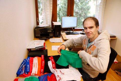 KONTORET: Anders Selvig leier kontor på Kjørbokollen. Her sitter han i et berg av truser og gleder seg over å være sin egen herre. Til nå ha har han solgt oppunder 2.000 boksere i nettbutikken sin.