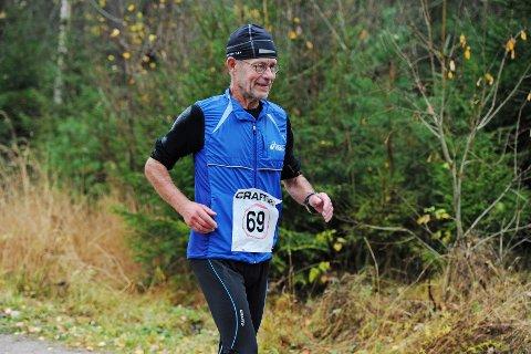 Rekordmange deltok, men det ble ingen rekordtider i den trettende Fredrikstad-utgaven av den klassiske distansen. Av de 118 påmeldte møtte 107 til start. Av disse fullførte 101. Som betyr ny deltakerrekord for løpet som startet med 18 løpere i 2001. På bildet ser vi svenske Lennart Skoog som kom på andreplass i M65-69 med tiden 04:45:20. Fredrikstad Maraton ble hans maraton nummer 856.