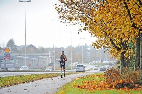 Rekordmange deltok, men det ble ingen rekordtider i den trettende Fredrikstad-utgaven av den klassiske distansen. Av de 118 påmeldte møtte 107 til start. Av disse fullførte 101. Som betyr ny deltakerrekord for løpet som startet med 18 løpere i 2001. Her ser vi Kristian Qvenild, som vant klassen M45-49 og kom på andreplass totalt med tiden 02:54:51.