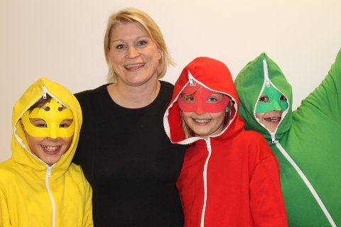 Rektor Hanne Karin Heum sammen med skolemaskotene