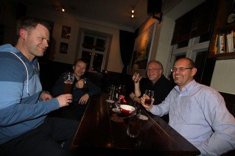 """F.v: Aleksander Ribe, Leif Lykke, Einar Wik og Tomas Homstvedt liker juleølens mørke smak. Favoritten er """"Julebukk""""."""