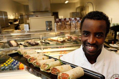KLAR FOR NYE UTFORDRINGER: På Den Glade Kafé får Adan selv servere kundene. – Det er gøy å få vise frem det man har laget, og se folks reaksjon, synes han.