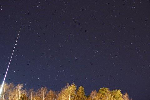 Skien-fotograf Ronny Peter skulle egentlig fotografere et annet stjernefenomen da ildkula suste over himmelen i 67.000 kilometer i timen.