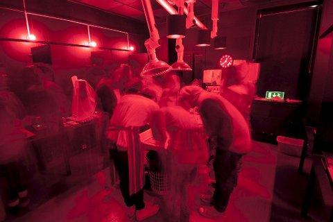 FREMKALLING: Analog opplæring av elevene i fotolaben til Preus museum. Foto: Andreas  Harvik