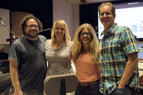 MED DE STORE: Christine Hals (nummer to fra venstre) sammen med komponist Christoph Beck og regissørene Jennifer Lee og Chris Buck.