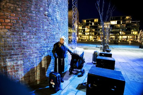 Julestemning: Med sekk, koffert og Emil Anker i vogna, drar Helene ut på turné for å synge julen inn.