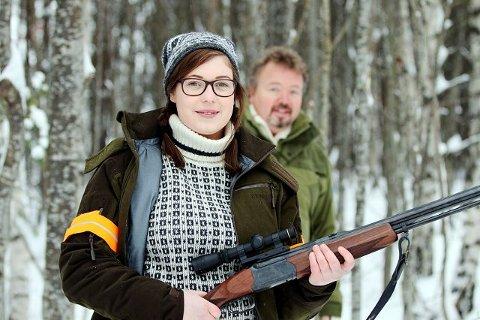 Kaja Halvorsen anbefaler andre jenter å prøve seg på jakt, og Pål Søbye i Søndre Hurum Jeger- og fiskeforening (SHJFF) tar gladelig imot flere jenter på kurs.