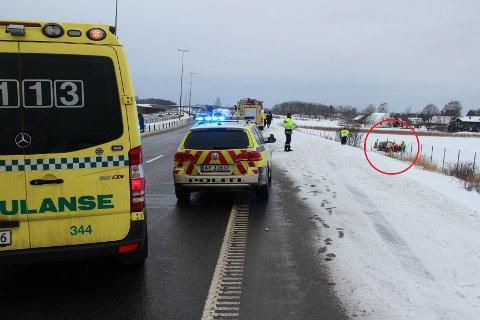 Bildet viser sporene fra utforkjøringen. Bilen kjørte gjennom viltgjerdet og ut på jordet.