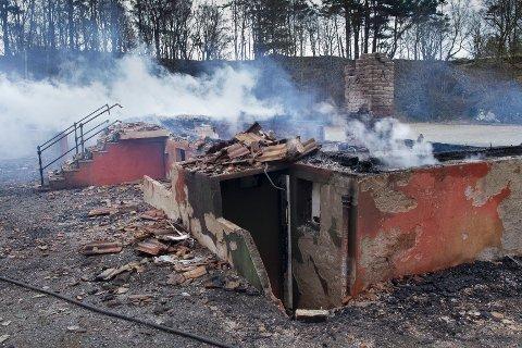 LØRDAG FORMIDDAG: Slik ser det ut på branntomten. Foto: Terje Størksen.