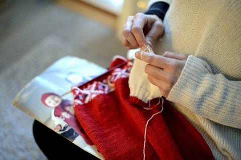 «Mona» (44)  strikker OL-dress i ventetiden. Hennes første datter ble født under OL for 24 år siden.