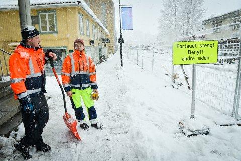 Olav Bjella Stavn og Tomas Lande stengte lørdag formiddag fortauet på østsiden av brua. Skihoppet er under oppføring.