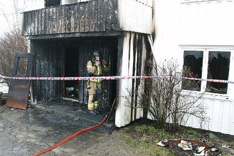 Inngangspartiet på den ene boligen på Endsjø gård er helt utbrent. En kvinne omkom i boligbrannen.