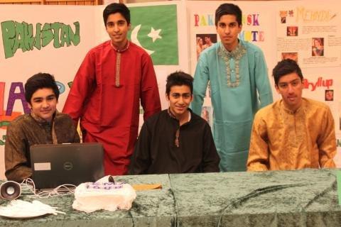 Salman Mirza , Shoaib Khalid, Haroon Ali, Sheheroz Khalid & Zul-Kifl Baig på mangfoldige Malakoff-dagen 2013, med deres pakistanske kultur.