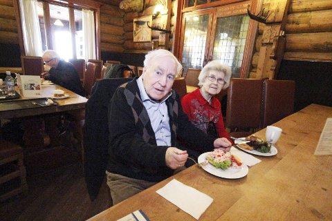 Turtelduer: Ekteparet Arne og Berit Tyldum nyter lunsj på Frognerseteren.