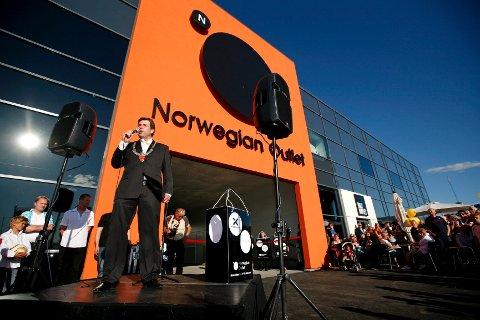 Ordfører Jon Ødbehr stilte opp da Norwegian Outlet åpnet i juni 2010.