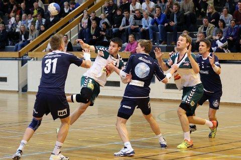 Nøtterøy var i føringen hele første omgang. Stillingen til pause var 14-16 ved pause.