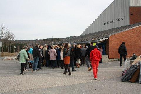 FLUST AV FOLK: Utenfor gymsalen på Lesterud Skole, tyve minutter før dørene åpnet. ALLE FOTO: BENEDICTE MARIE ANDERSEN