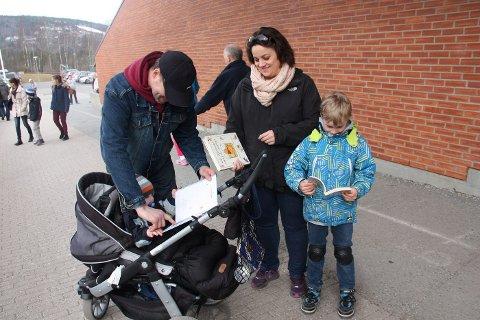 KUPP: Lydbok, Donald Pocket og Ole Brumm-bok til den nette sum av 50 kroner. Fra venstre: Trond Rosseland-Madsen (1), Eystein Rosseland (45), Cecilie Madsen (38) og Sindre Rosseland Madsen (8).
