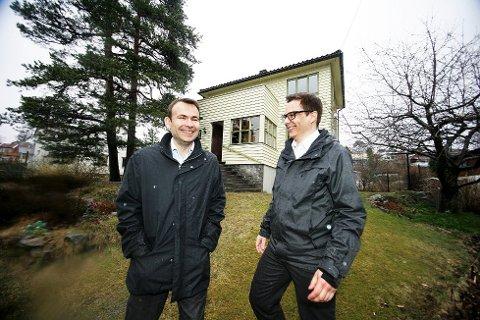 Megler André Gabrielsen (t.h.) og advokat Thor Gunnar Austin er godt fornøyd med å få solgt eiendommen for 5.4 millioner. Foto: Felicia Øystå