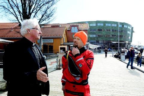 Lars Verket i samtale med domprost David Gjerp før avreise. Gjerp velsignet en sekk og åren til Verket.