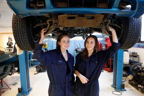 Viser vei: Kristine Fallås (t.v.) og Thea Kvale mekker gjerne på biler på veien til en dag å utdanne seg til ingeniører. På Rud videregående skole lærer jentene det praktiske i forkant av det teoretiske ingeniørfaget.