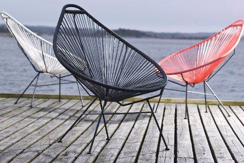 Disse stolene fra serien Gonzo fra Skeidar er laget i plast, og kommer også i trendfargen korall.