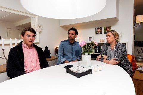 Mats Edvin Aarø (15) sammen med pappa Bens og mamma Trine. De opplevde en aktiv sønn som ble mer og mer passiv tiden etter svinevaksinen.