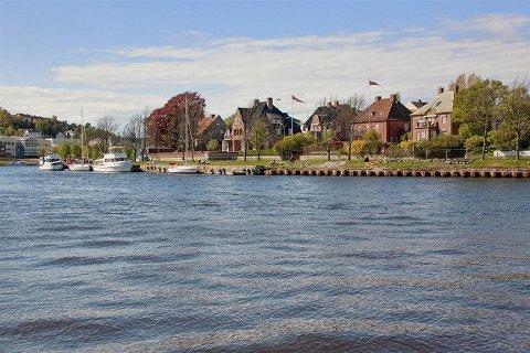 Boligen ligger til høyre i bildet, i første rekke mot elven.