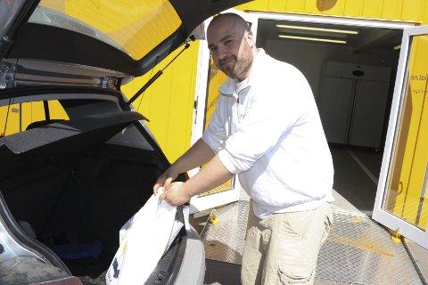 NYE KUNDER: Henrik Lønne i Kolonial.no legger dagligvarer inn i bilen på en av bedriftens nyeste kunder på Abildsø.ALLE FOTO: KARIN HANSTENSEN