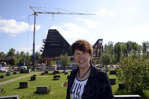 Smiler fornøyd: Kirkeverge Marit Kilen smiler fornøyd nå som kirken snart er under tak og alt er innenfor rammene.alle foto: sverre Viggen