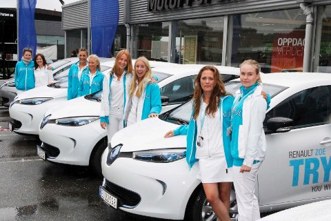 Disse jente skal lære folk å bruke en elbil.